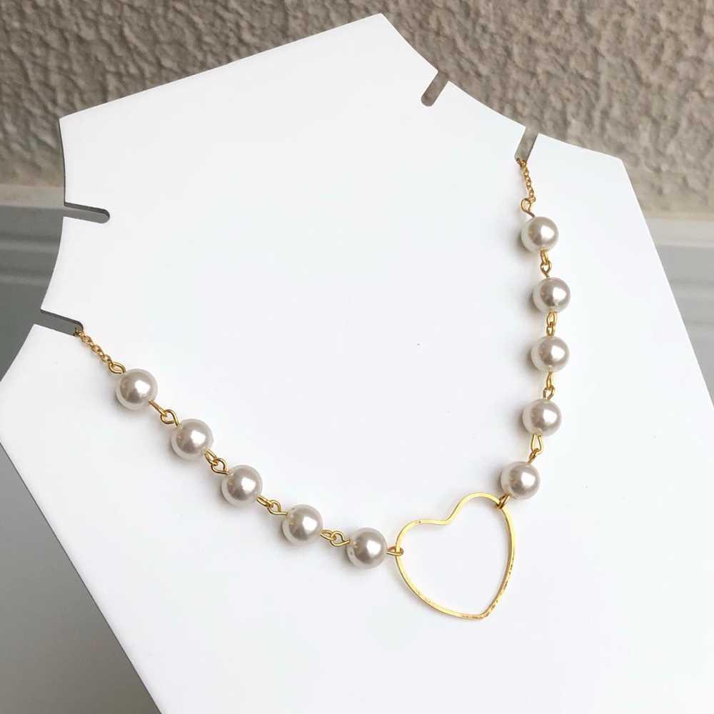 Colar choker folheado a ouro feminino esferas de pérolas e coração vazado