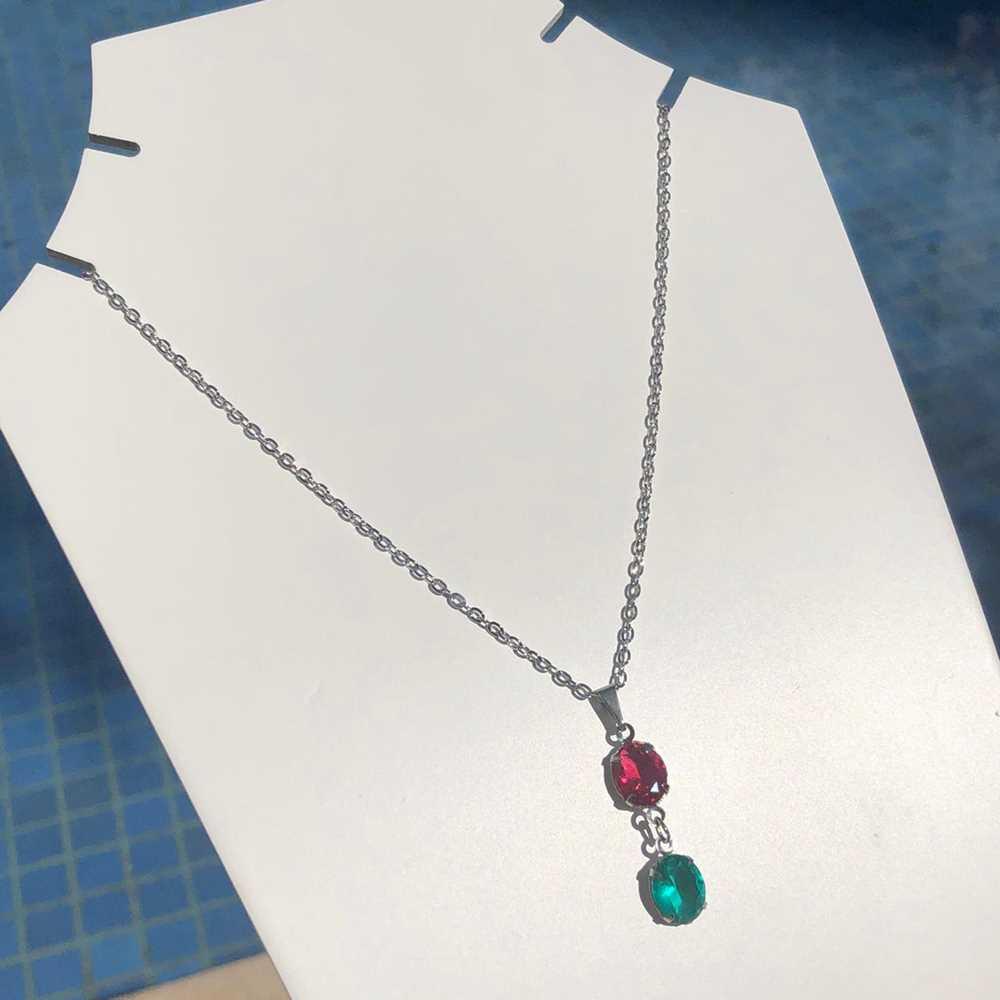 Colar em aço inoxidável prata feminino pedra oval dupla verde esmeralda e vermelho rubi