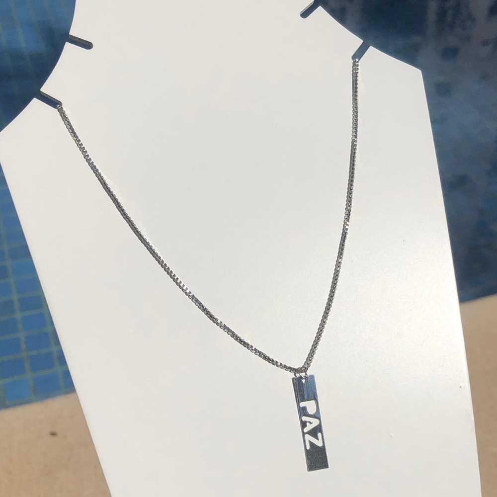 Colar em aço inoxidável prata feminino plaquinha PAZ