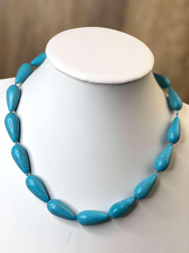 Colar feminino de pedra azul turquesa formato de gotinha