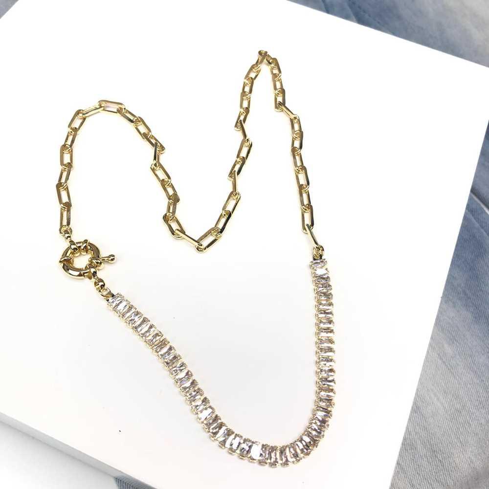 Colar feminino dourado cravejado com zircônias retangulares e correntaria de elos semijoia