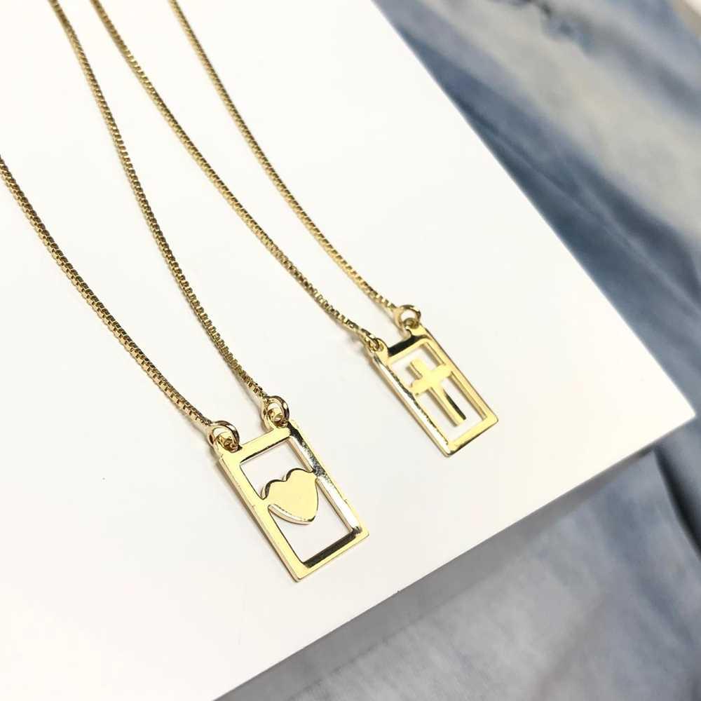 Colar feminino dourado escapulário coração e cruz semijoia