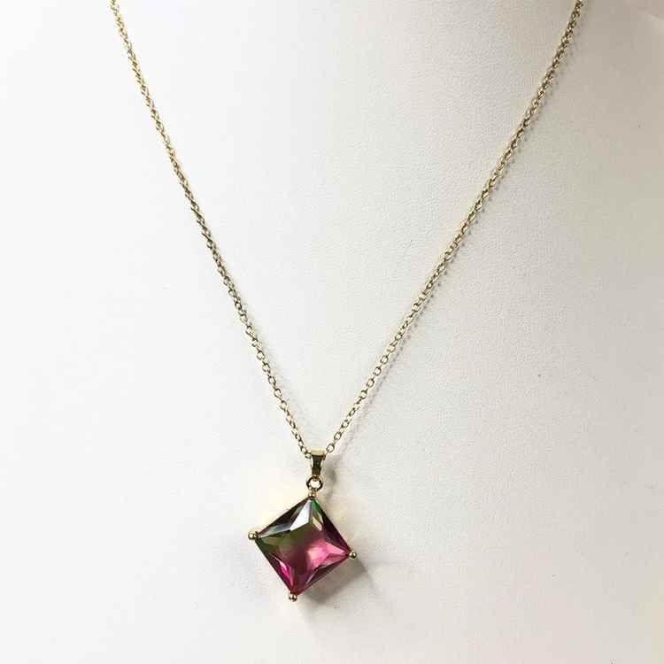 Colar feminino dourado pedra quadradinha rainbow verde e rosa