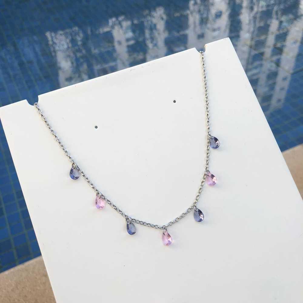 Colar feminino gargantilha choker aço inoxidável pedrarias gotinhas lilás e rosa