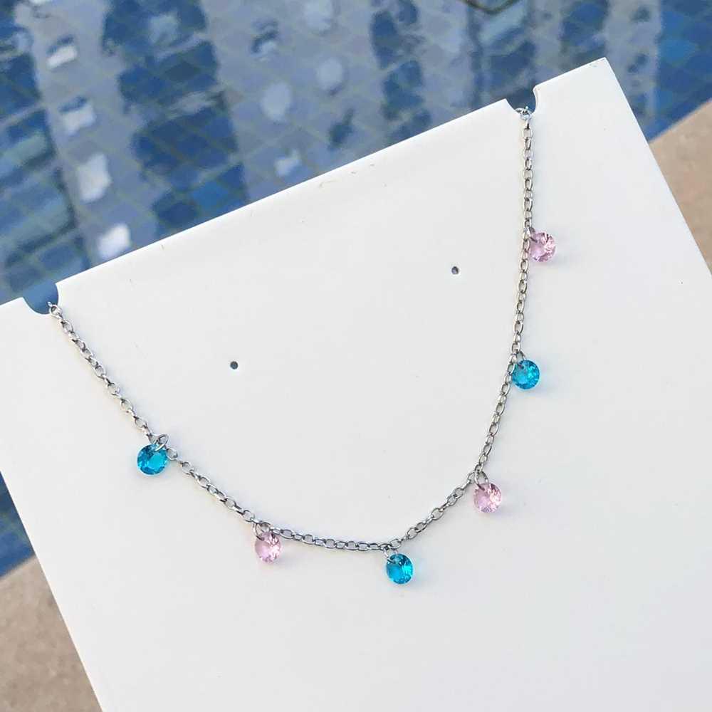 Colar feminino gargantilha choker aço inoxidável pedrarias ponto de luz rosa e azul