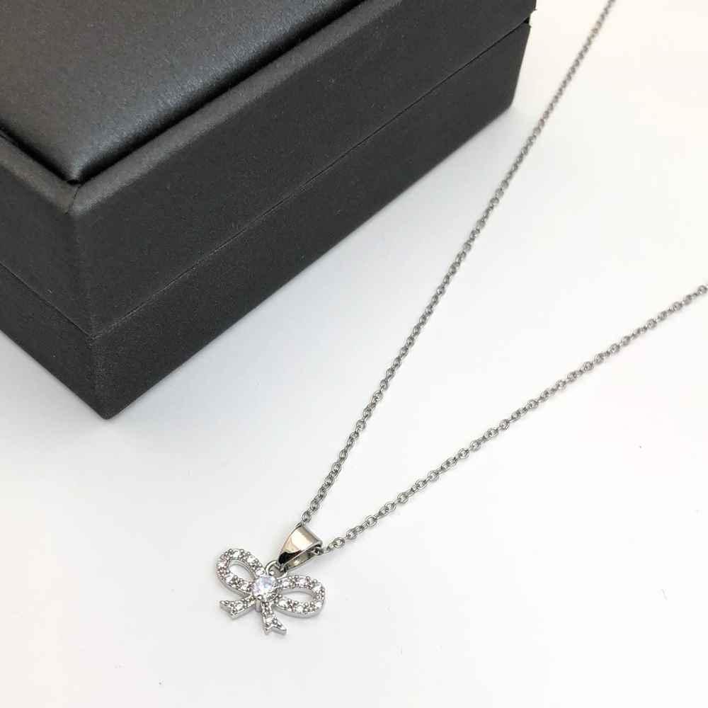 Colar feminino prata em aço inoxidável pingente lacinho cravejado strass