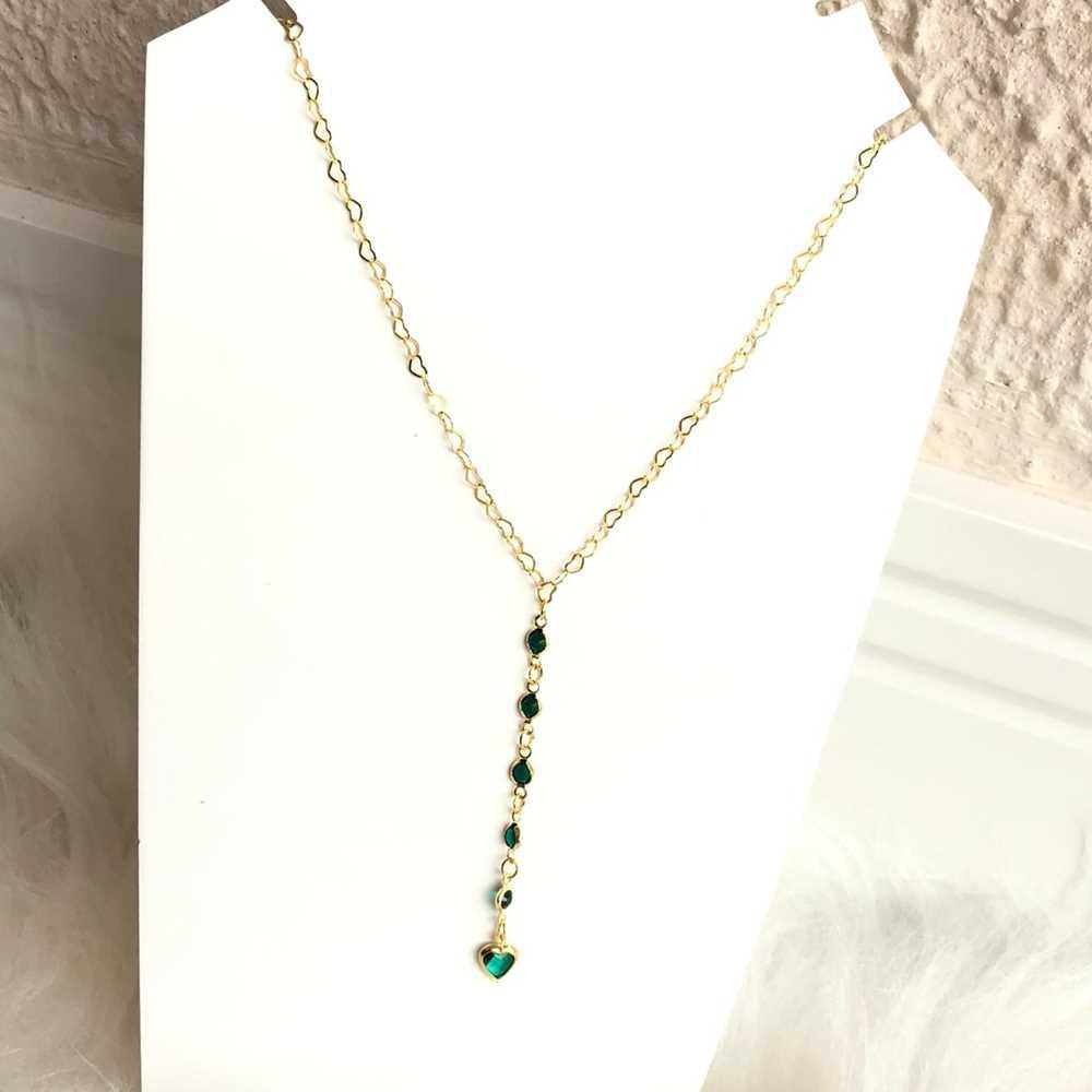 Colar folheado a ouro feminino gravatinha pedrarias e coração verde esmeralda