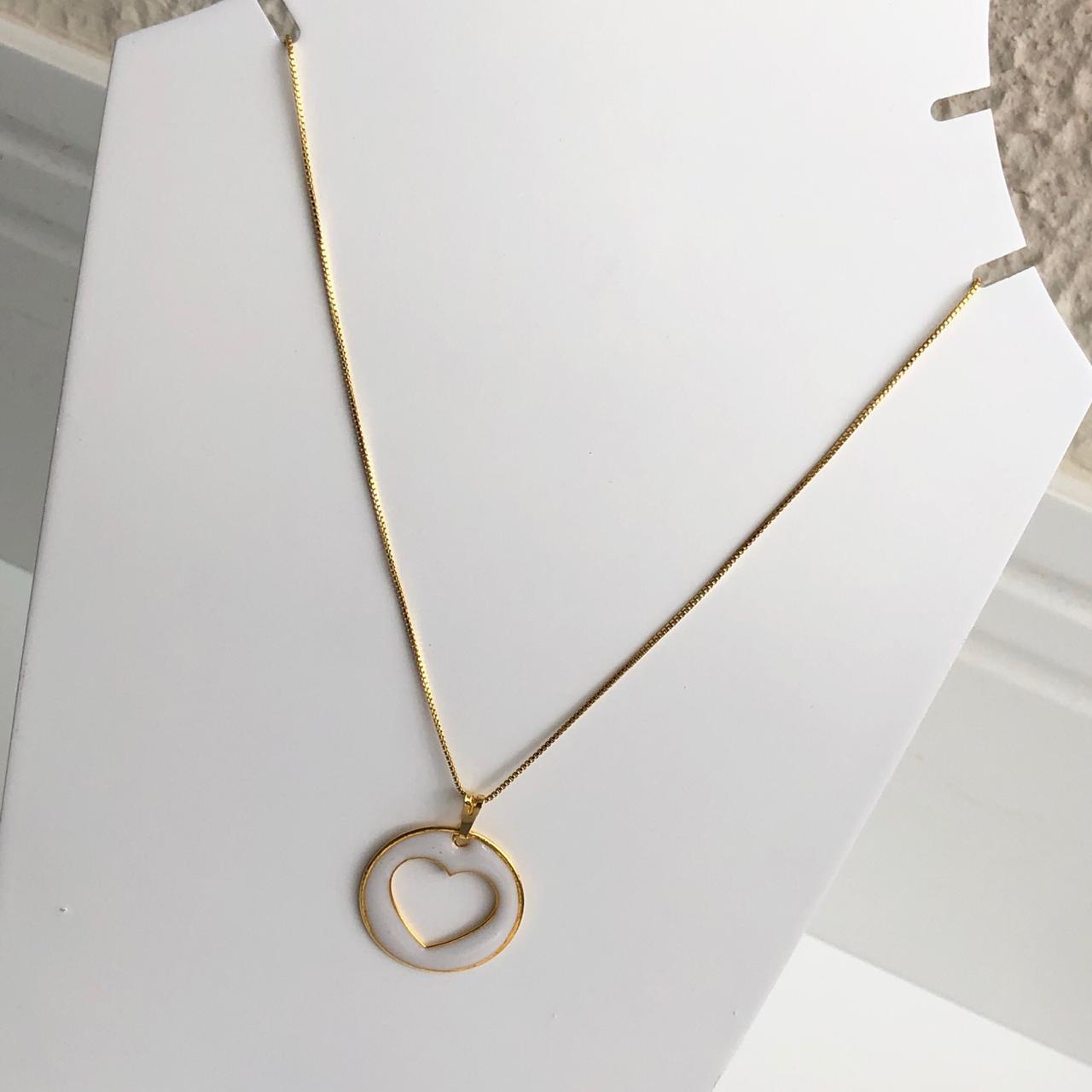 Colar folheado a ouro feminino mandala coração vazado esmaltado branco