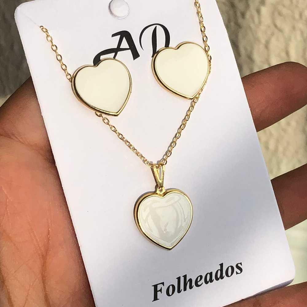 Conjunto de colar e brinco folheado coração esmaltado branco