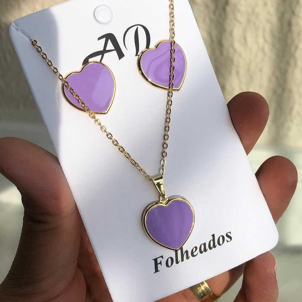 Conjunto de colar e brinco folheado coração esmaltado lilás