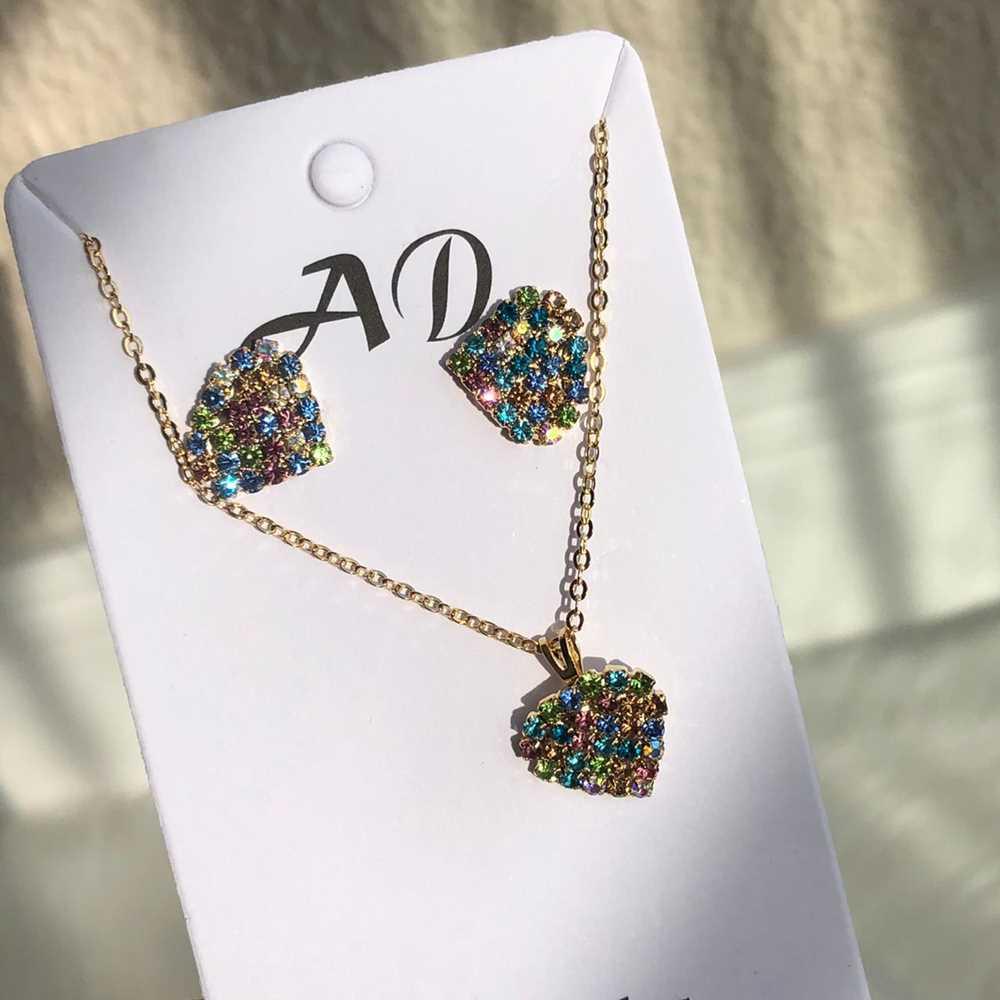 Conjunto de colar e brinco folheado coração pedrarias strass colorful