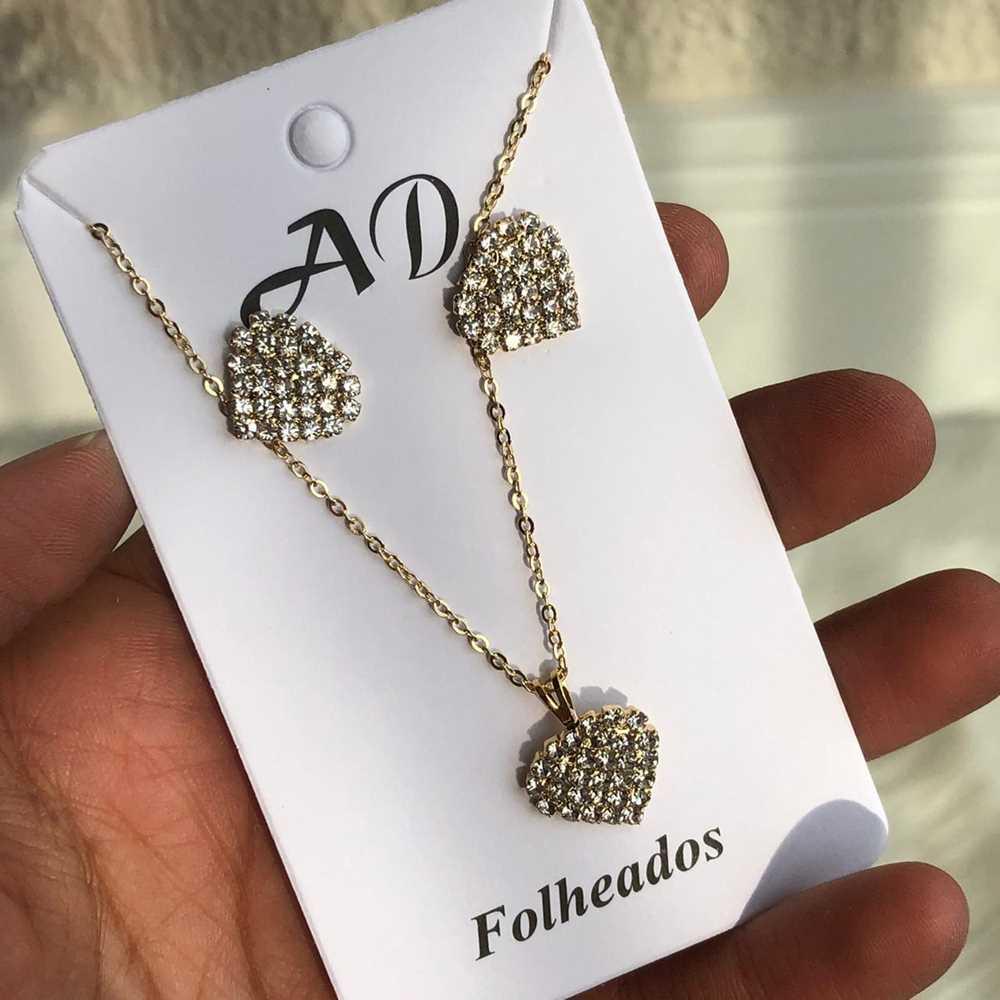 Conjunto de colar e brinco folheado coração pedrarias strass prata
