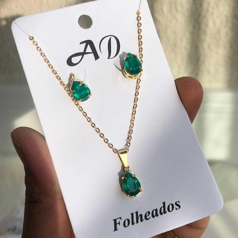 Conjunto de colar e brinco folheado gotinha verde esmeralda