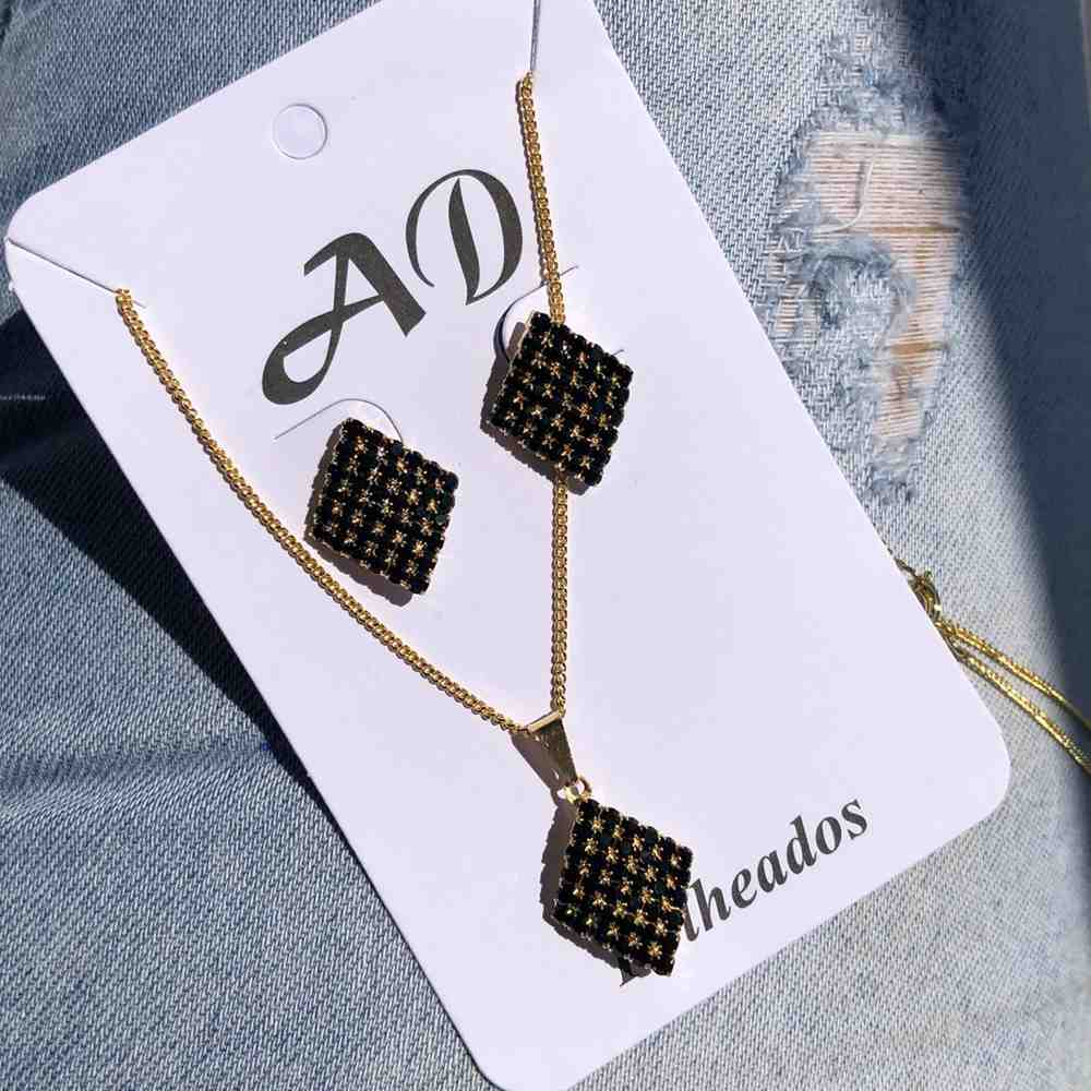 Conjunto de colar e brinco folheado quadradinho cravejado strass preto