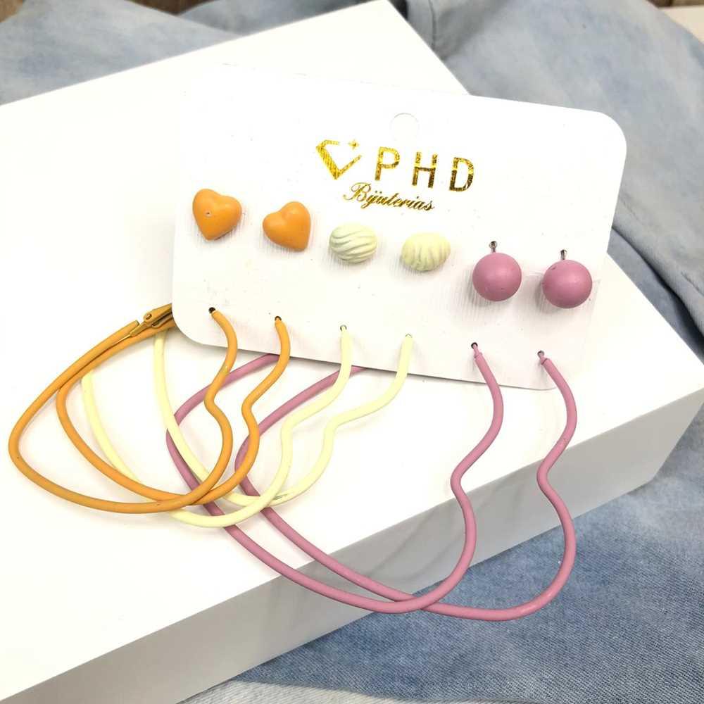 Kit com 6 pares de argolas e brincos pequenos de coração estilo emborrachado rosa, creme e mostarda
