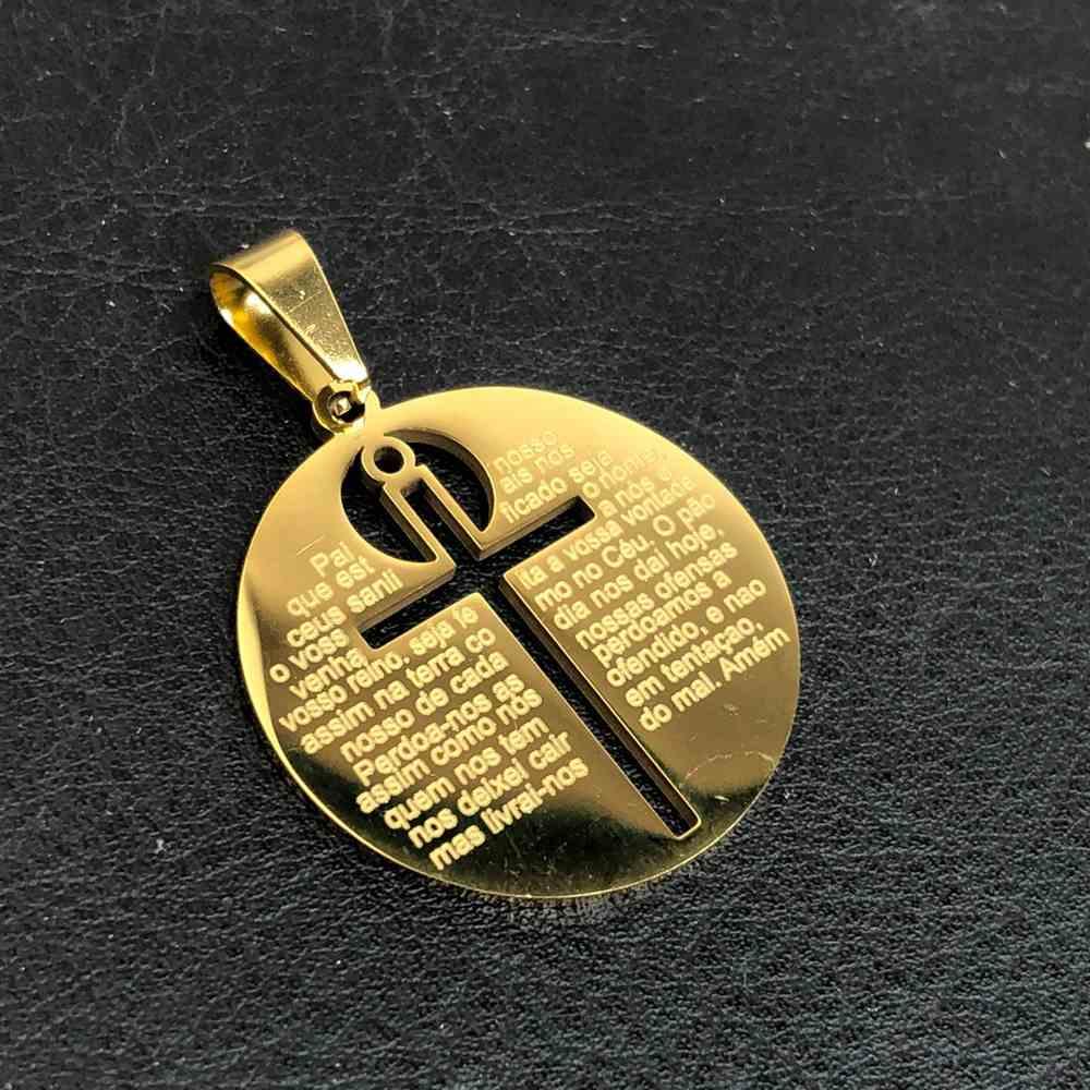Pingente de aço banhado dourado redondo cruz vazada com Oração Pai Nosso