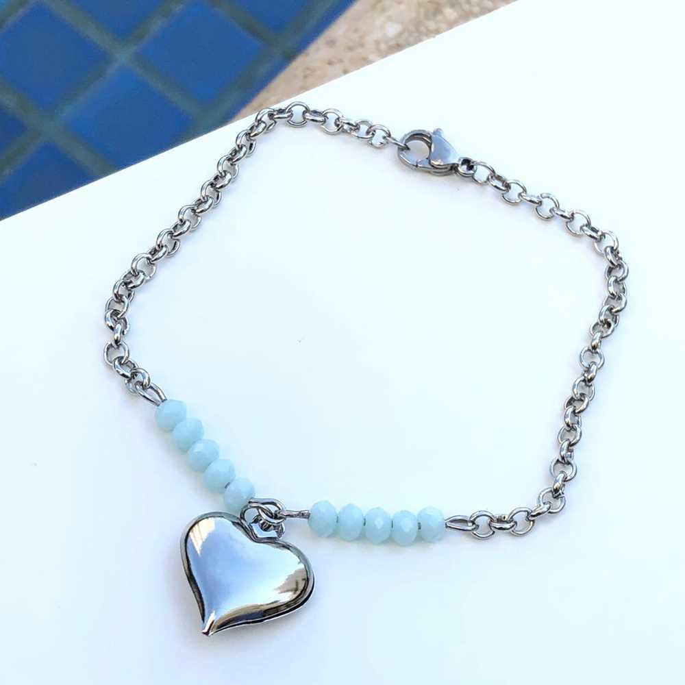 Pulseira de aço feminina com miçanguinhas azul bebê pingente de coração