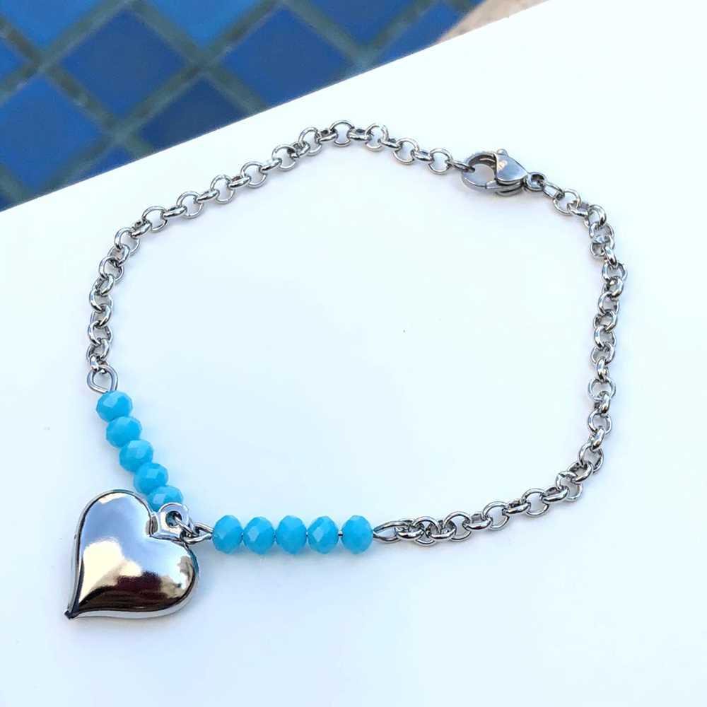 Pulseira de aço feminina com miçanguinhas azul celeste pingente de coração
