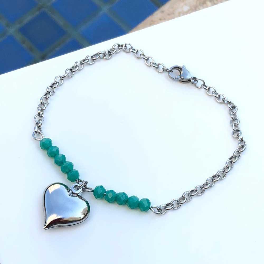 Pulseira de aço feminina com miçanguinhas verde água pingente de coração