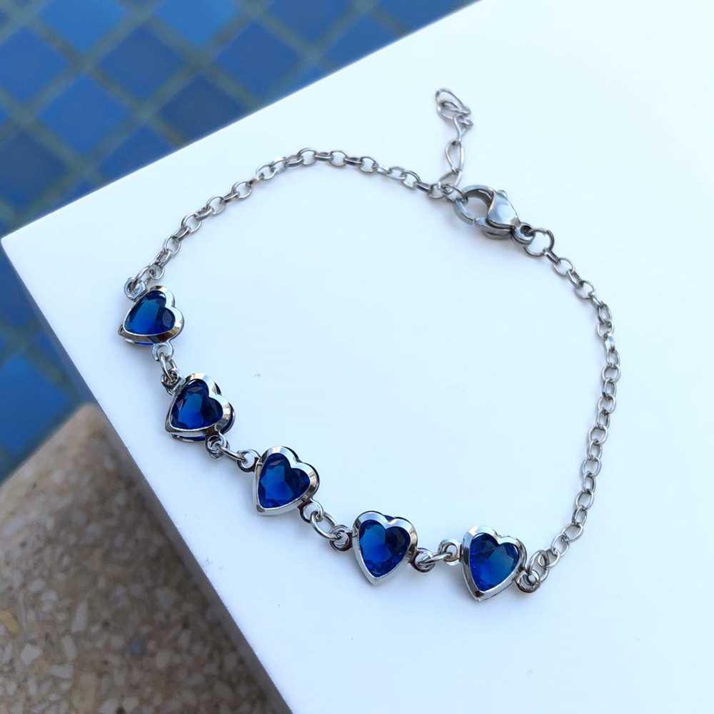 Pulseira de aço feminina com pedrarias de coração azul marinho