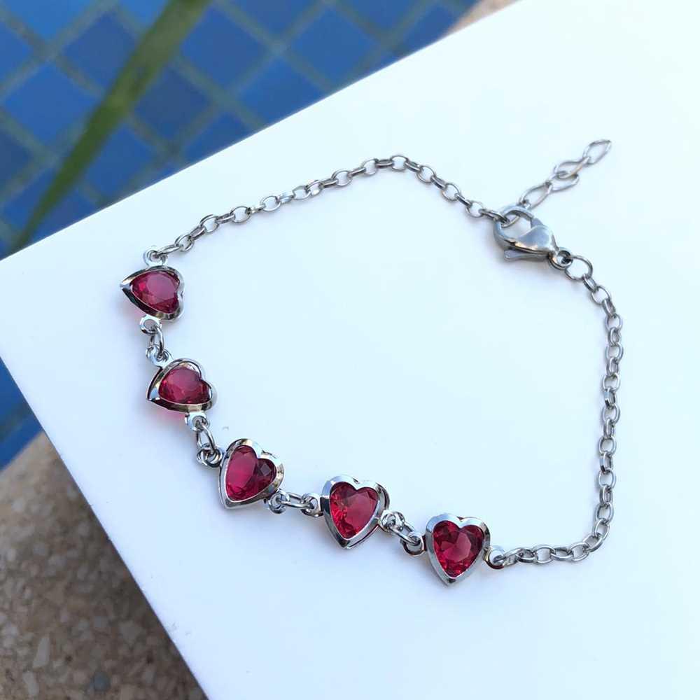 Pulseira de aço feminina com pedrarias de coração vermelho rubi