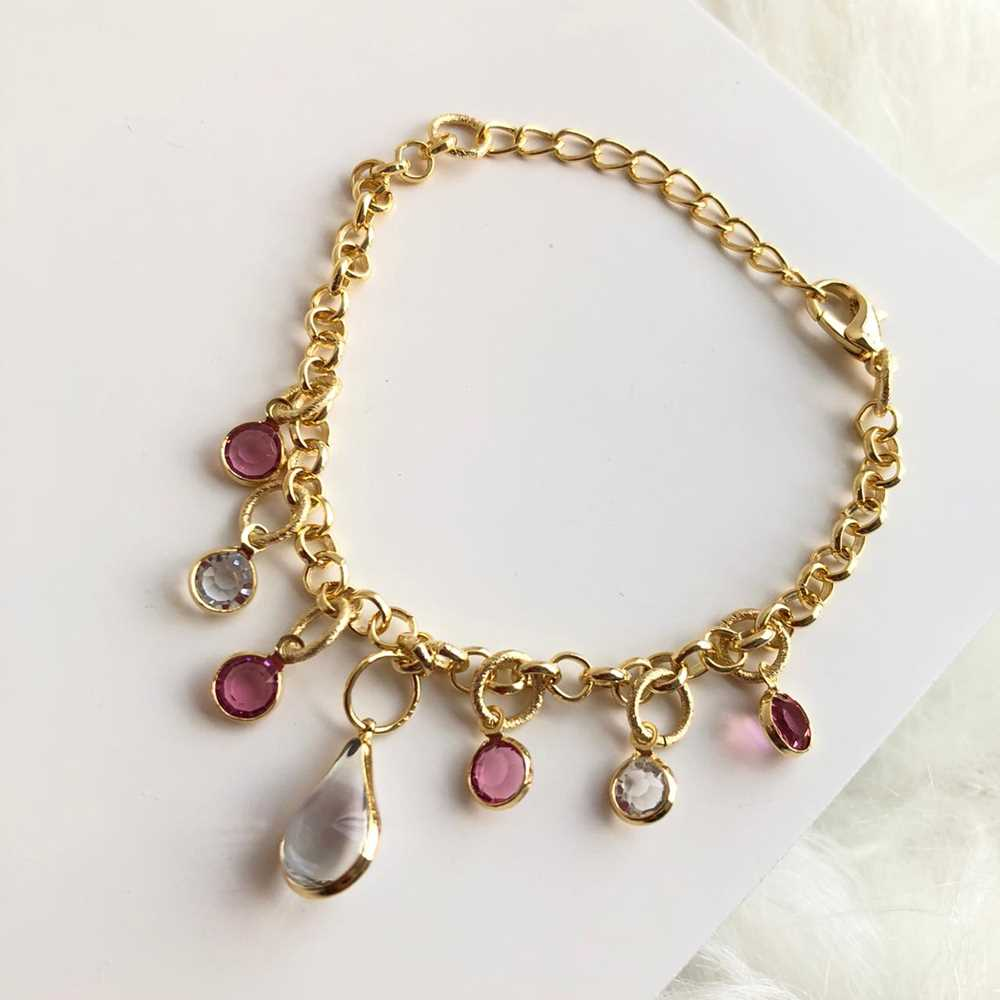 Pulseira folheada a ouro elos com pingentes de cristais prata e rosa