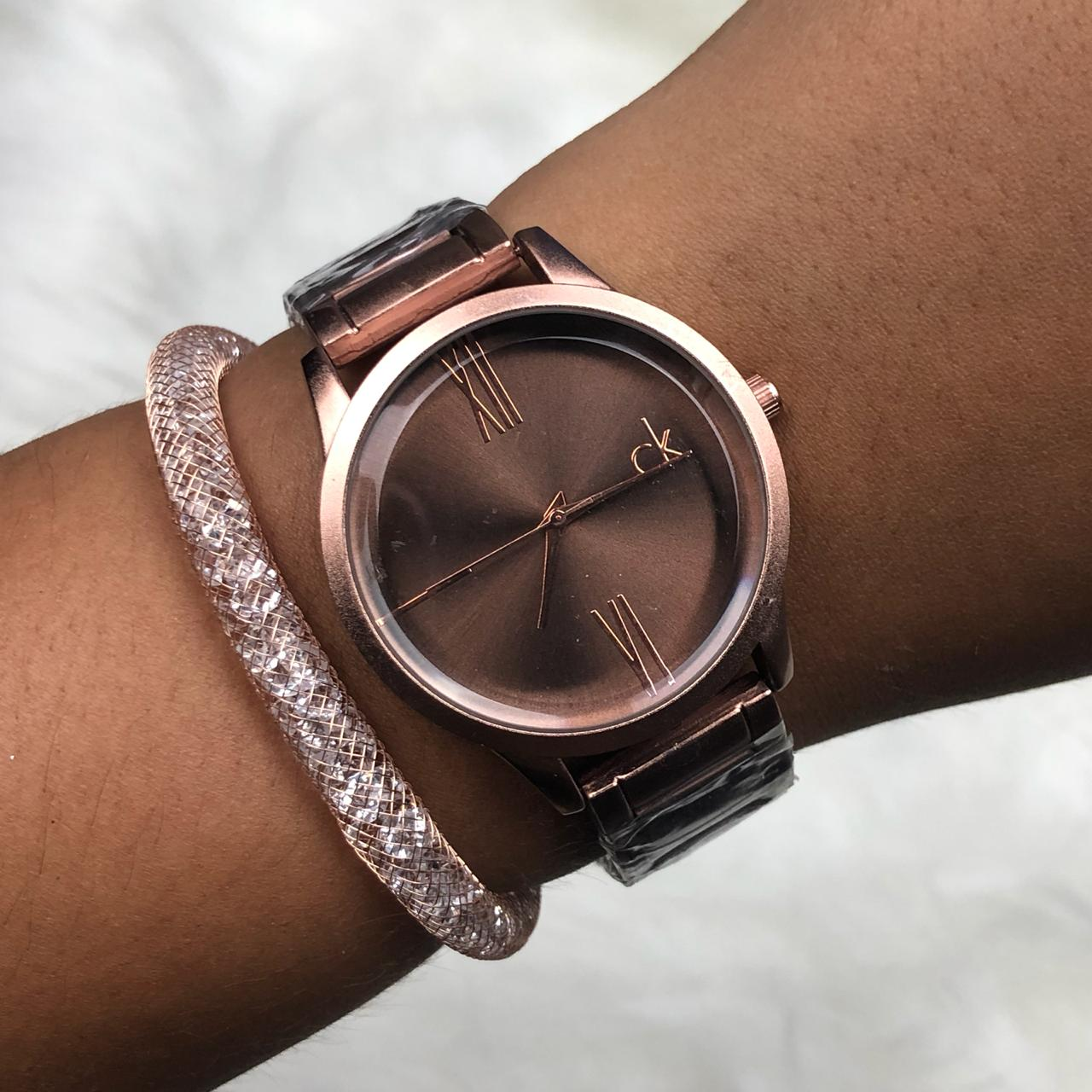 a6bd377e01d Relógio Feminino Chocolate + Pulseira Solitária Pedrarias - Diamante ...