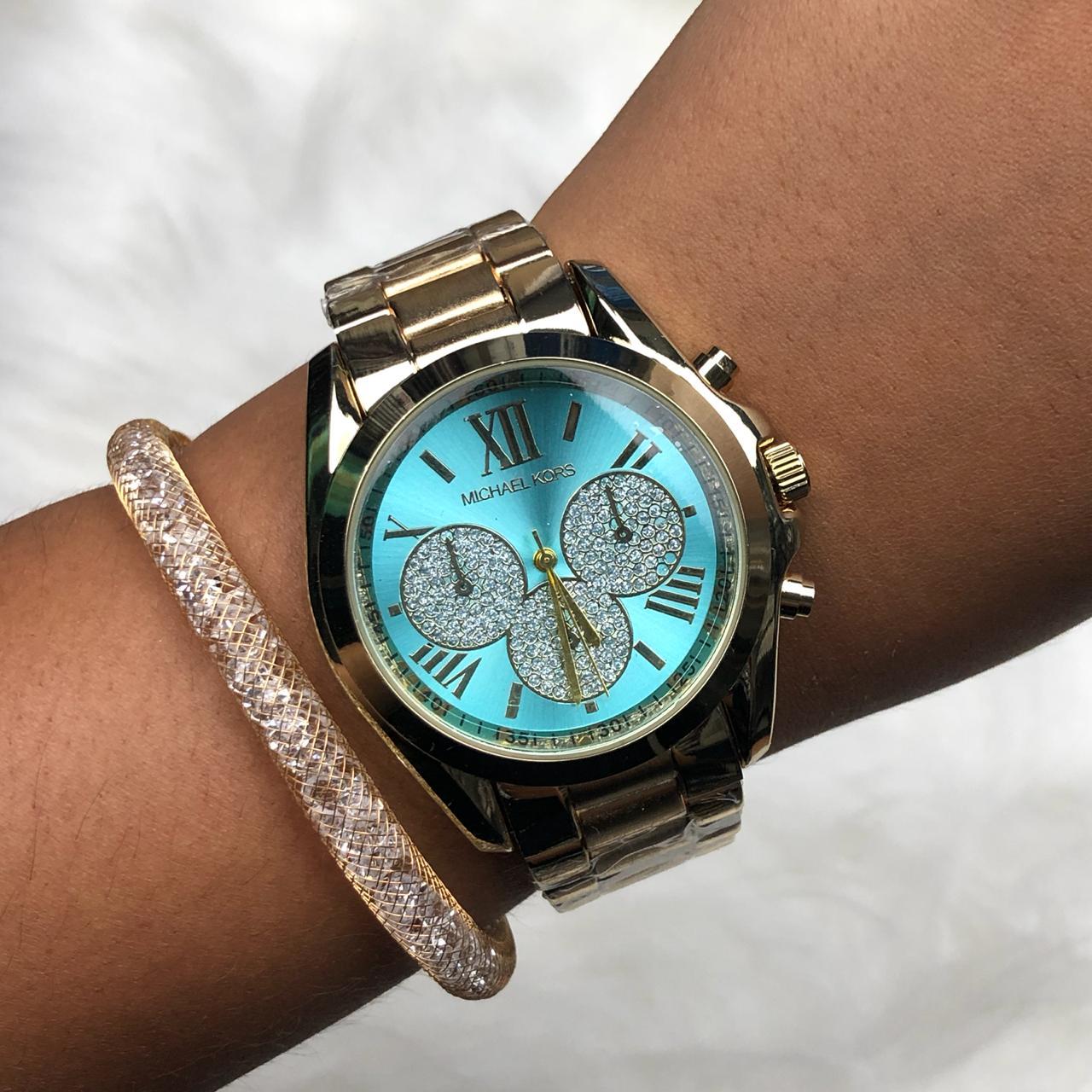 7039a42db70 Relógio Feminino Dourado Fundo Azul Piscina + Pulseira Solitária Pedrarias