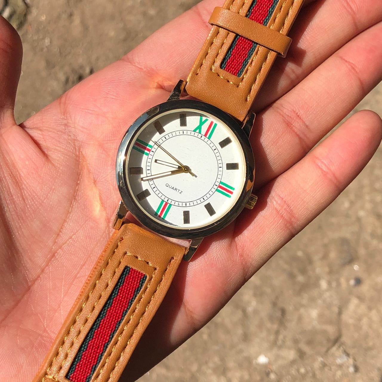 187ddd98239 Relógio Feminino Inspiração Gucci Pulseira de Couro Caramelo ...