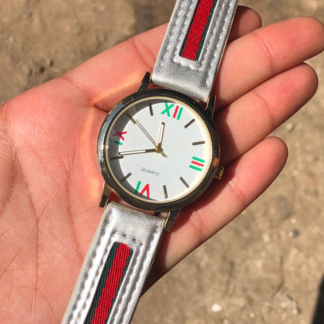 c310f81ab96 Relógio Feminino Inspiração Gucci Pulseira de Couro Prata Cintilante ...