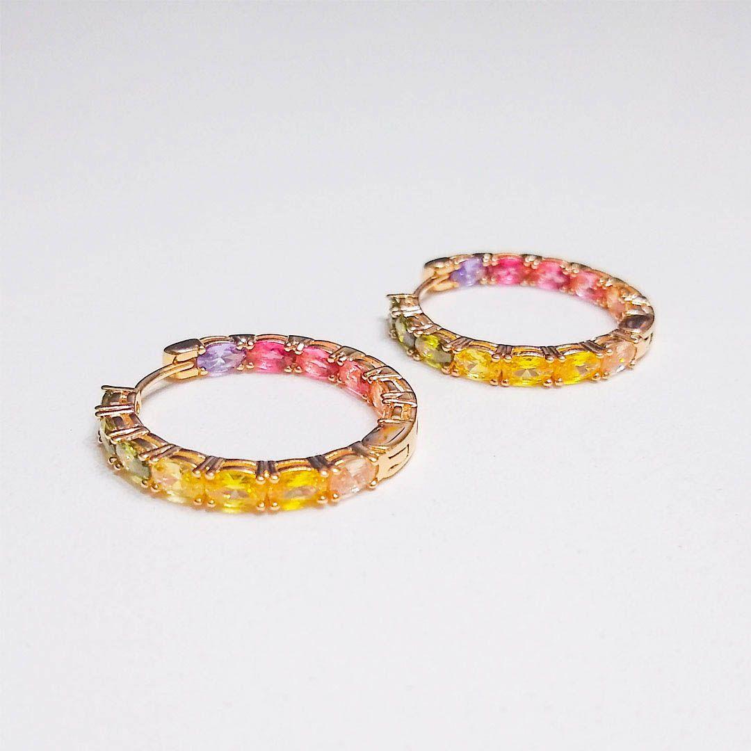 Brinco Argola Fina com Zircônias Color Rainbow Banhada a Ouro Amarelo