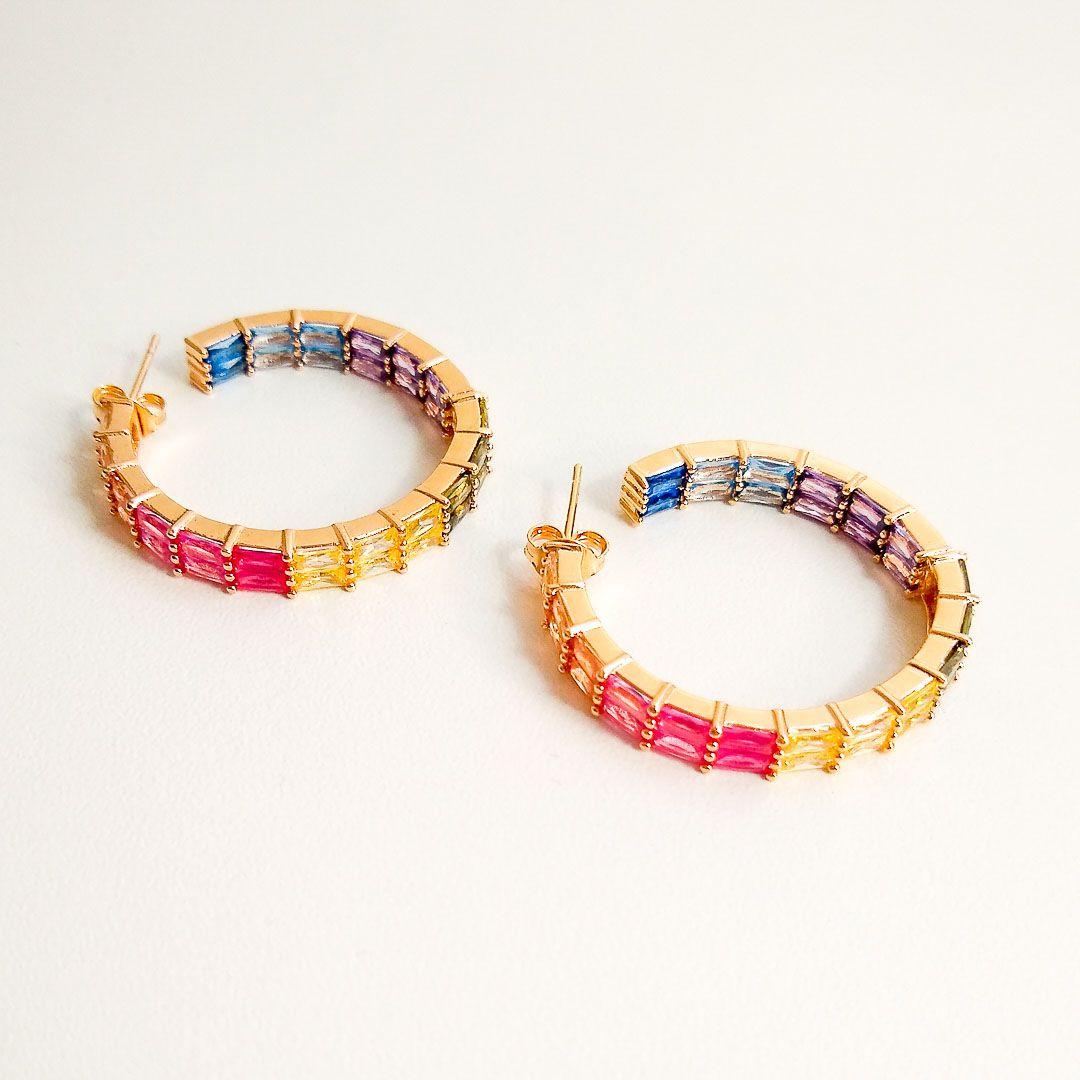 Brinco Argola Larga com Zircônias Color Rainbow Banhada a Ouro Amarelo