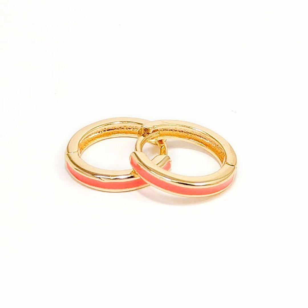 Brinco Argola Média com aplique Esmaltado Coral Banho Ouro 18k