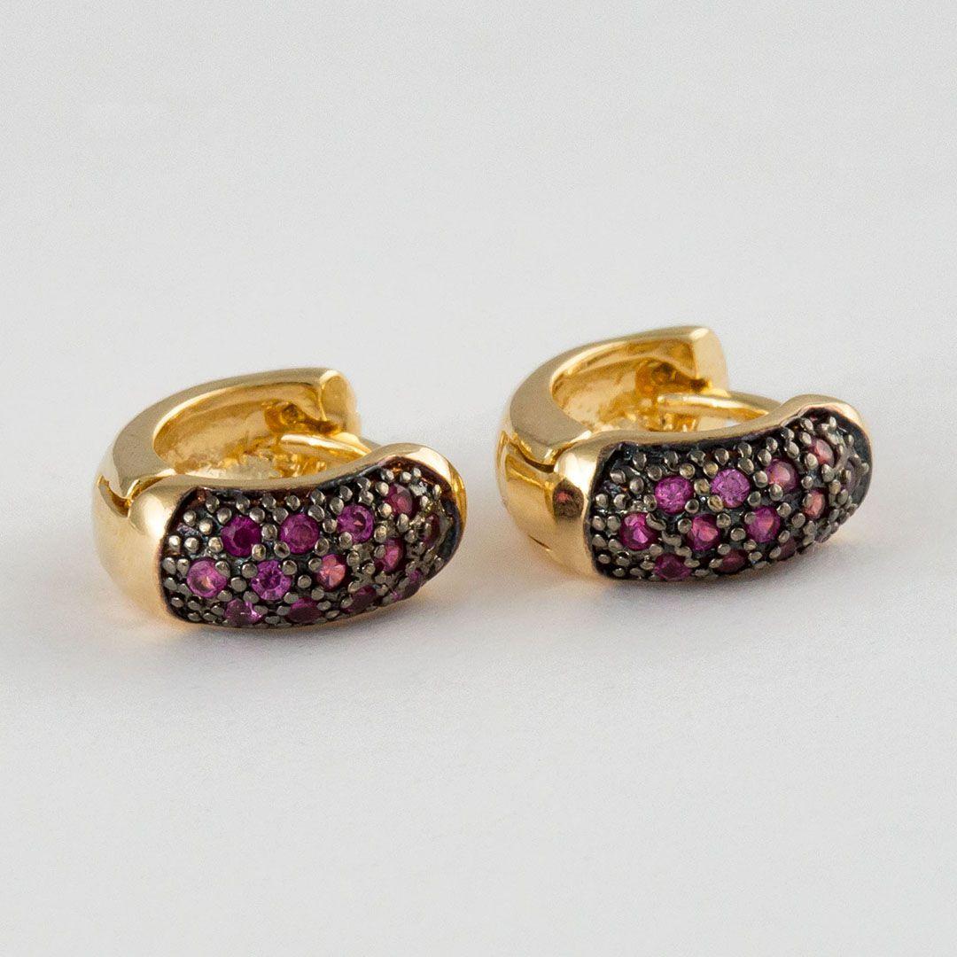 Brinco Argola Pequeno Cravejado com Zircônias Pink Banhado a Ouro Amarelo e Ródio Negro