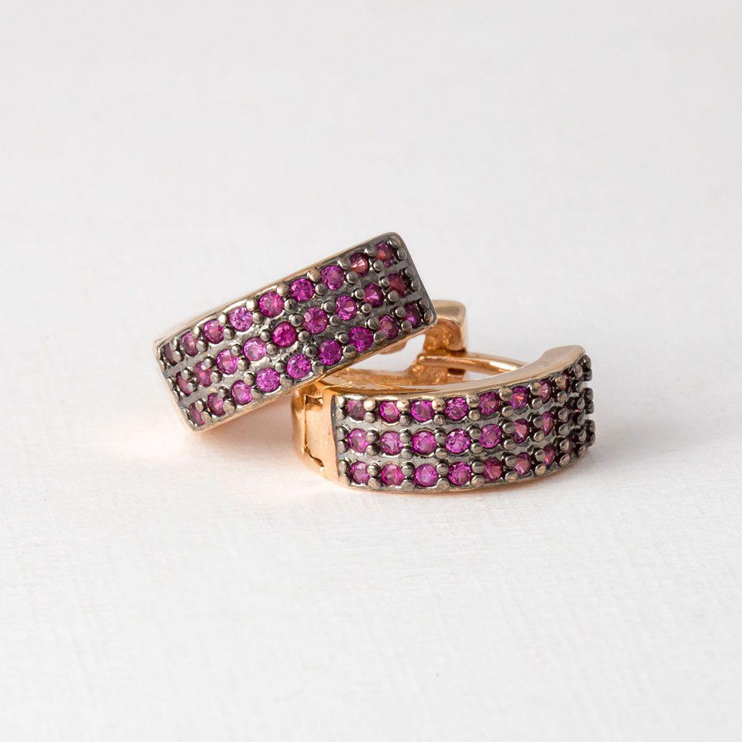 Brinco Argola Reta Médio Cravejado com Zircônias Pink Banhado a Ouro Amarelo e Ródio Negro