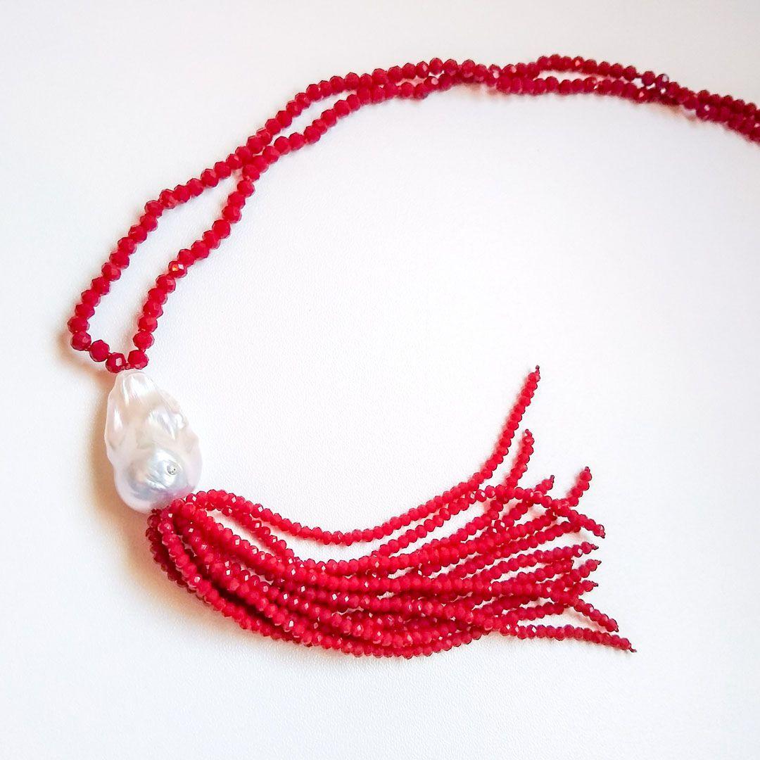 Colar Longo Luxo com Tassel de Cristais Vermelhos e Pérola Biquinho