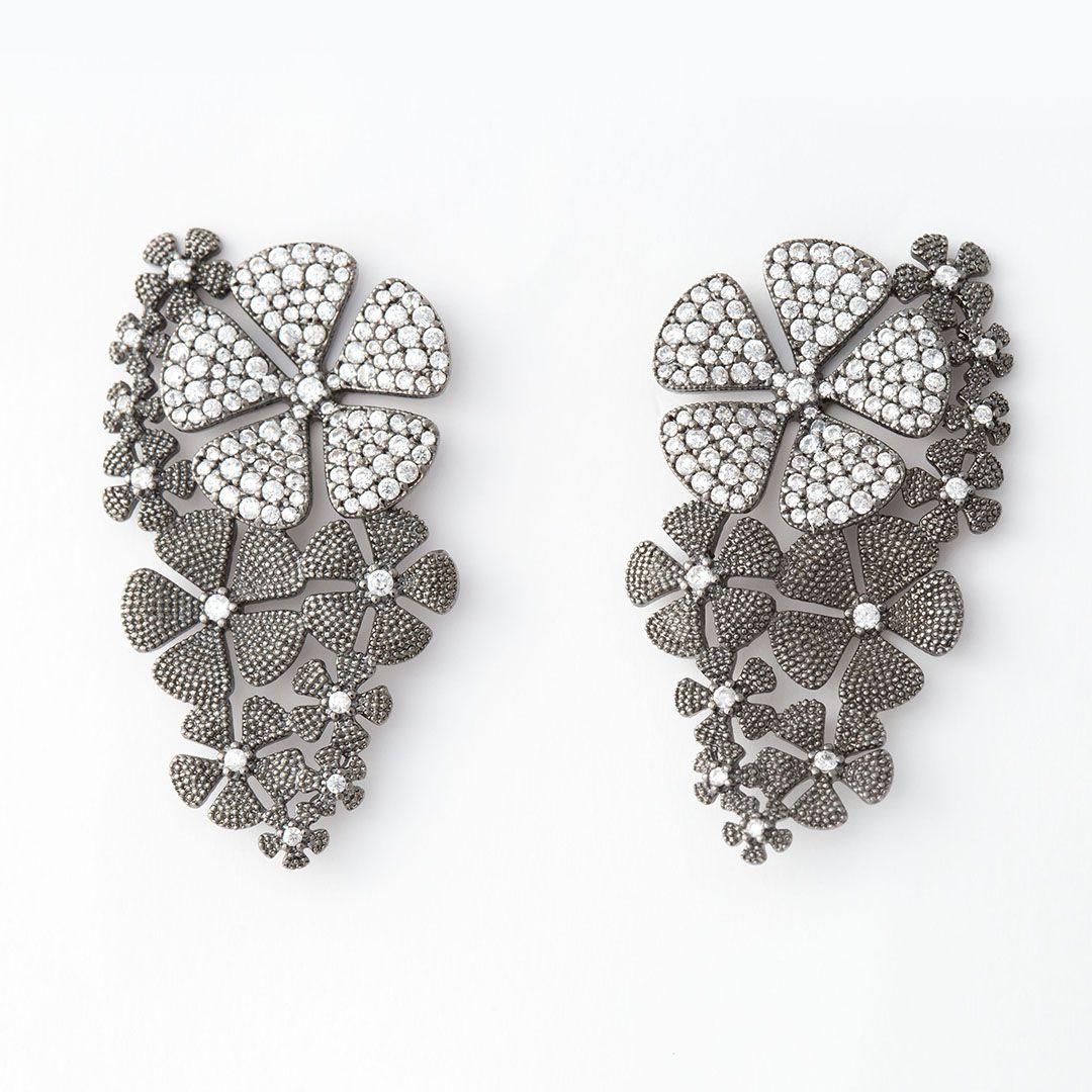 Conjunto de Brinco e Anel Flores Luxo cravejado com Zircônias Brancas com banho em Ródio Negro