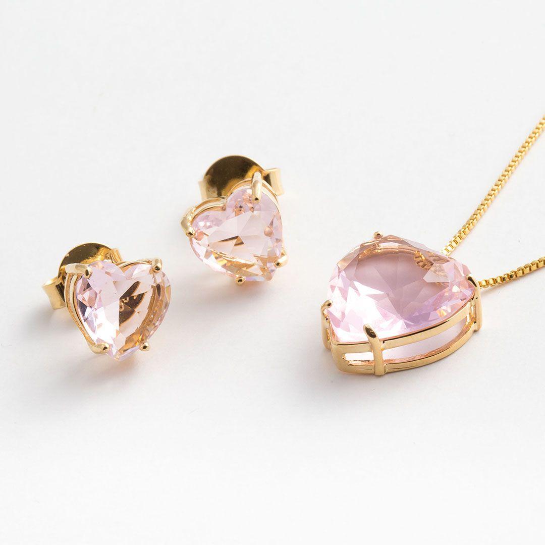 Conjunto Coração Grande em Cristal Rosa Claro translúcido com banho em Ouro Amarelo