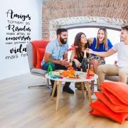Adesivo de Parede Frase Amigos Tornam a Vida Mais Feliz Decoração Sala