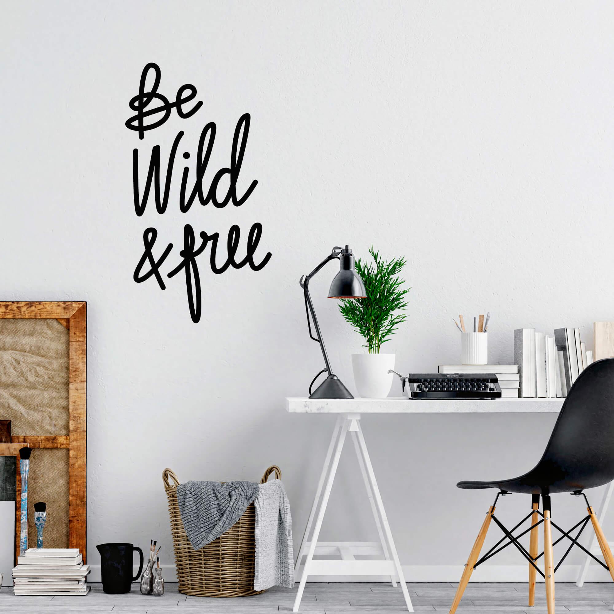 Adesivo Decorativo Frase Inglês Be Wild and Free Decoração Sala Escritório
