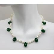 Colar pérolas  naturais e gotas de jade verde.