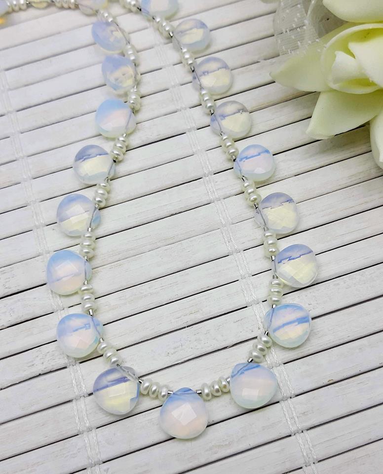 Colar gota opalina com pérolas naturais.