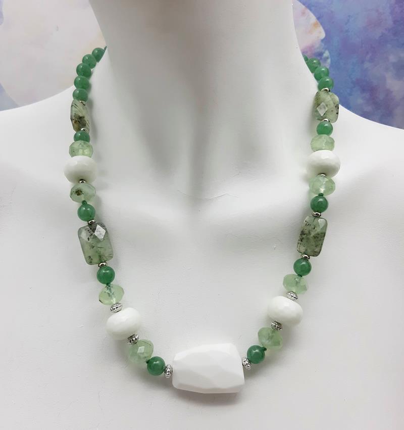 Colar quartzo verde e jade branco