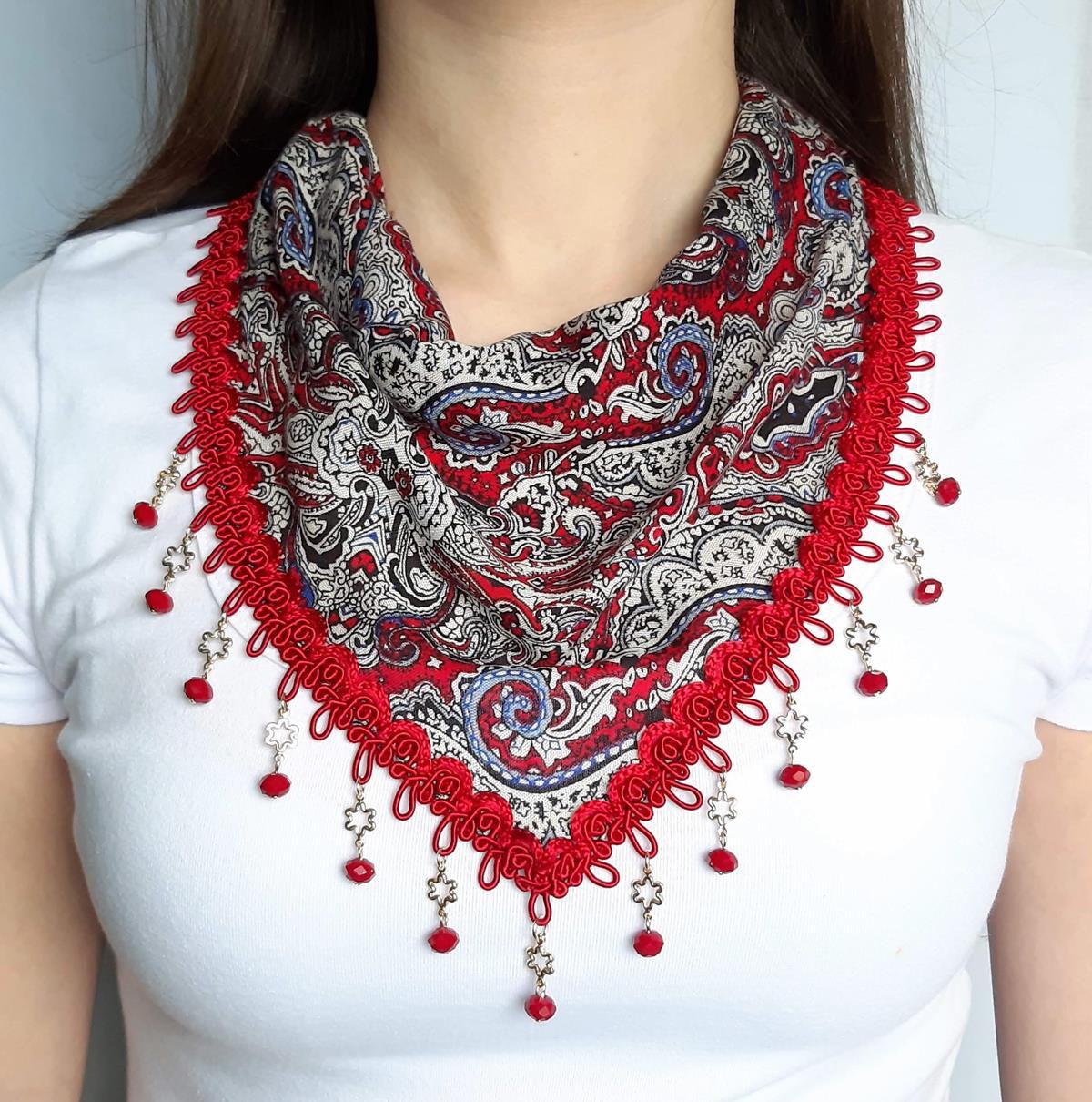 Lenço de pescoço customizado com cristais