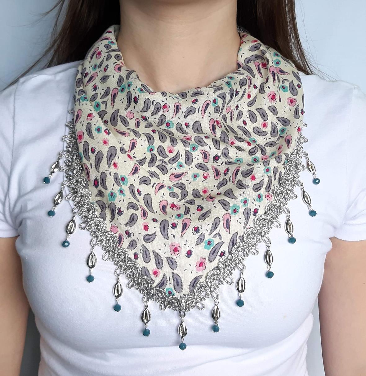 Lenço de pescoço customizado com cristais e mini búzios