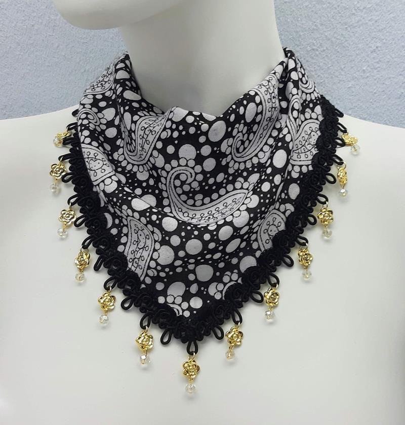 Lenço de pescoço customizado com cristais e mini flores
