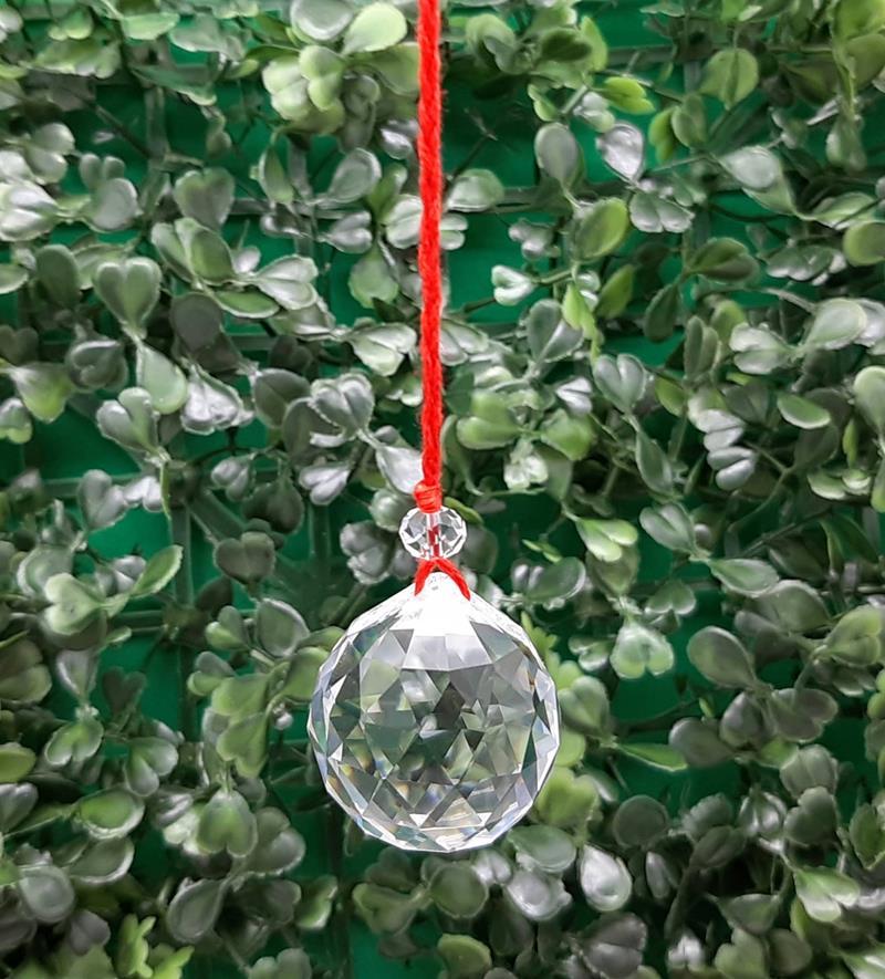 Prisma / Pêndulo Feng Shui  Esfera facetada  30 mm fio vermelho