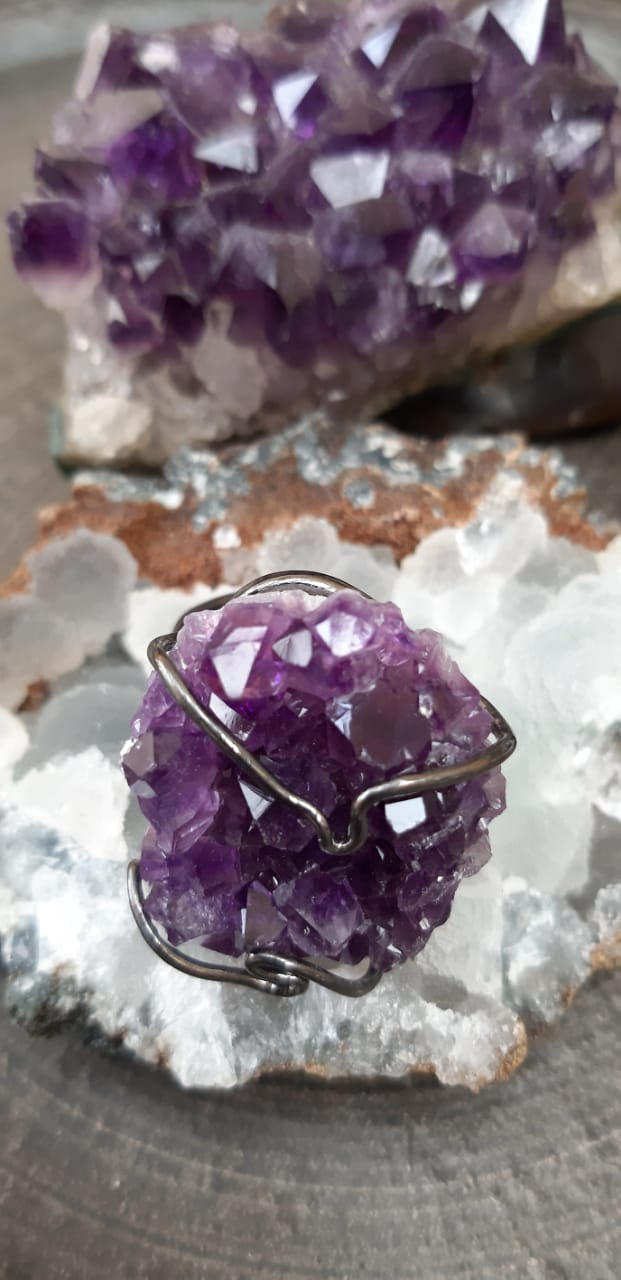 Anel Pedra Natural Drusa de Ametista em Ródio Negro (Regulável)