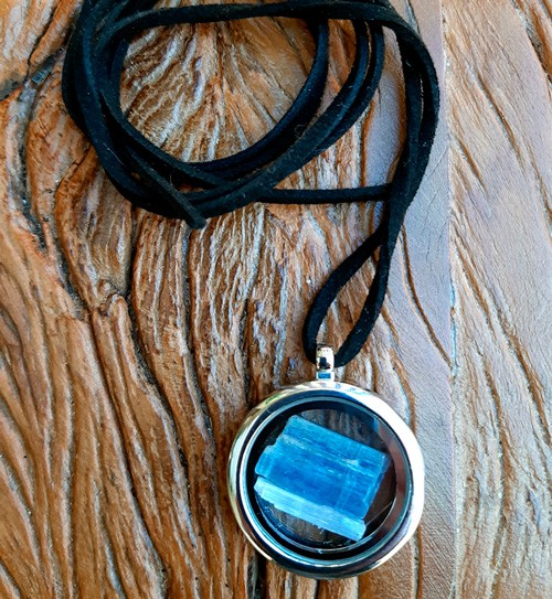 Relicário com Cianita Azul e Selenita - Pedras Naturais