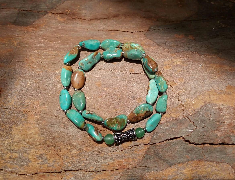 Pulseira Dupla Pedras Naturais Turquesa Tibetana e Quartzo Verde com Adorno Arabesco Prateado